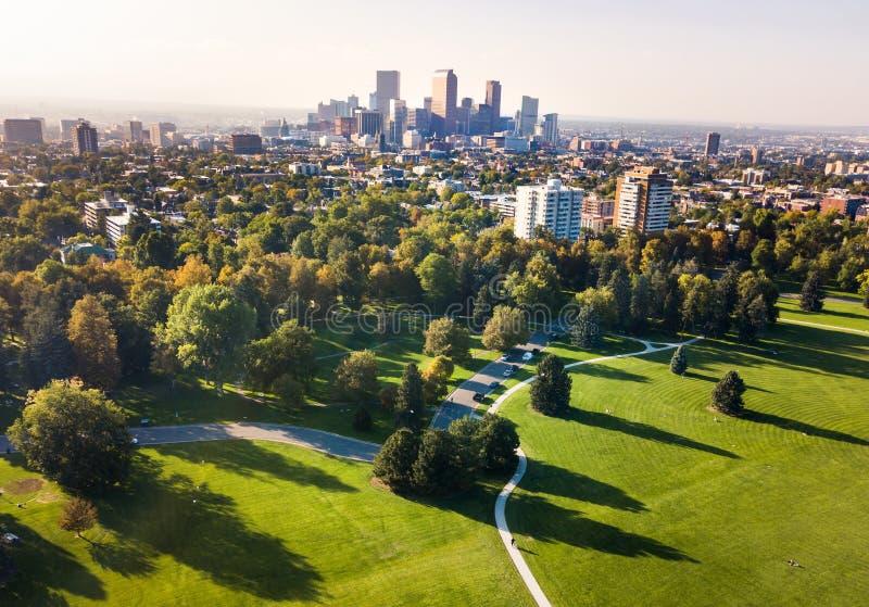 从城市公园的丹佛都市风景鸟瞰图 免版税图库摄影