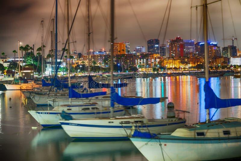 从城市口岸的圣地亚哥美好的夜地平线 小船和buil 免版税库存图片