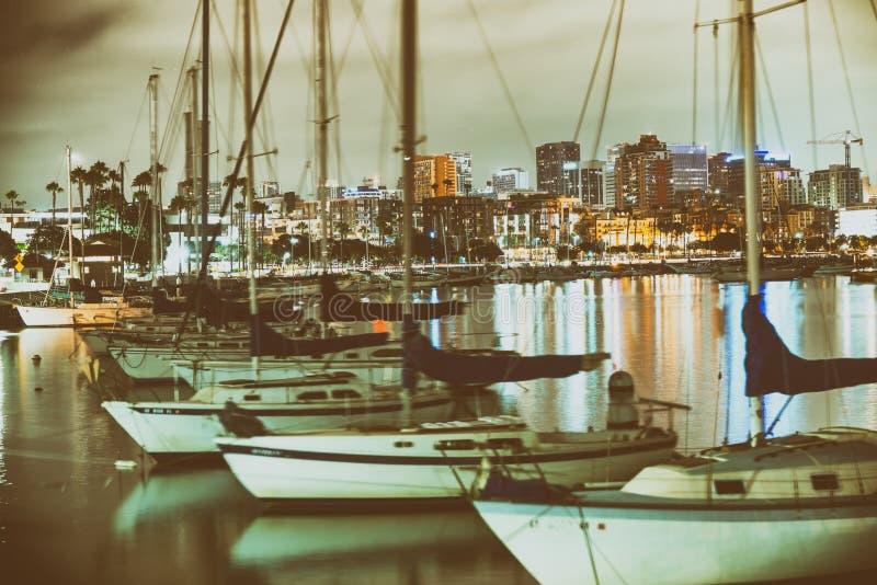 从城市口岸的圣地亚哥美好的夜地平线 小船和buil 免版税库存照片