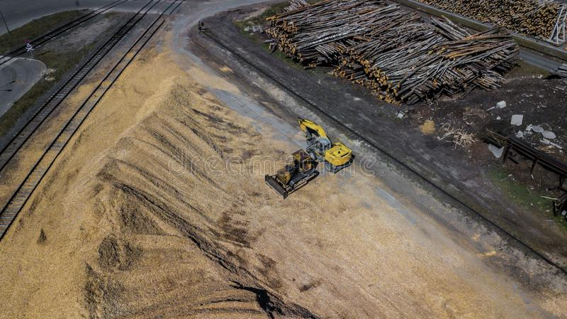 从堆的挖掘机锯木屑 E 免版税库存图片