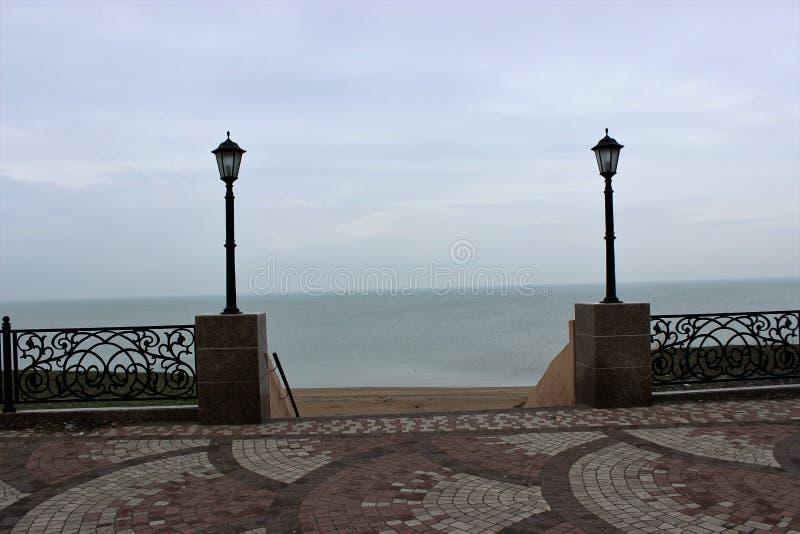 从堤防的下降向镇静wather的海在冬天 免版税库存照片