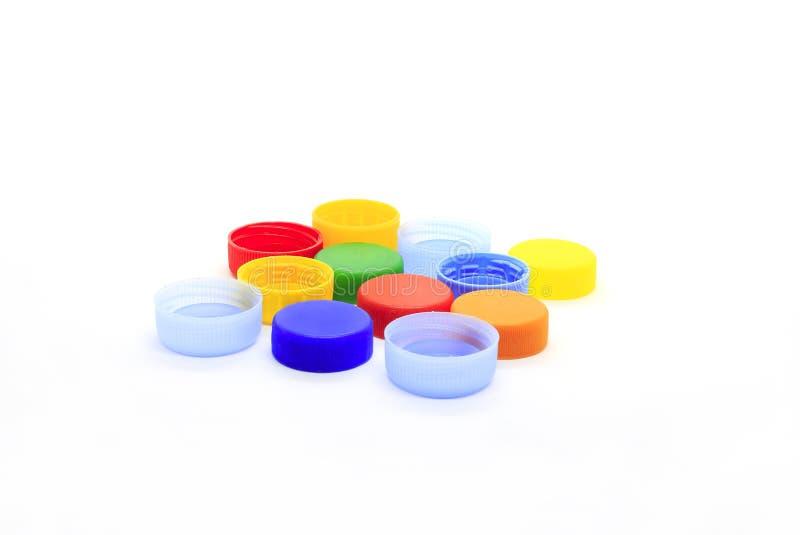 从塑料瓶的多彩多姿的盖帽在白色背景 免版税图库摄影