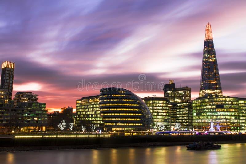 从塔桥梁的看法在伦敦日落的都市风景全景 库存图片