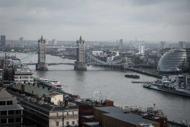 从塔桥梁,伦敦的一张鸟瞰图 免版税库存照片