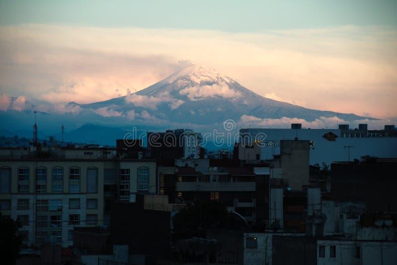 从墨西哥城的波波卡特佩特火山火山 免版税库存照片