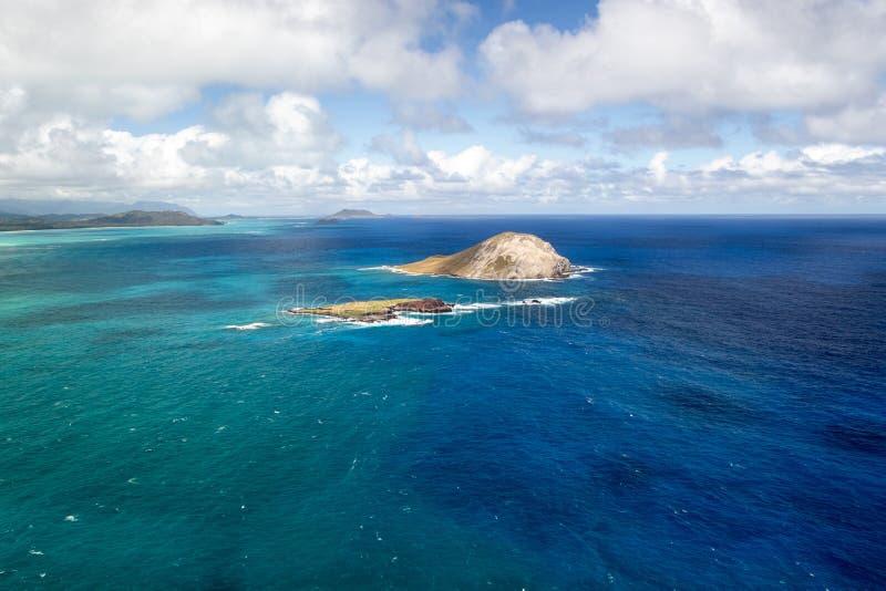 从夏威夷瓦胡岛的马卡普角看兔岛和考希凯普岛国家海鸟保护区的美丽海岸景观 库存图片
