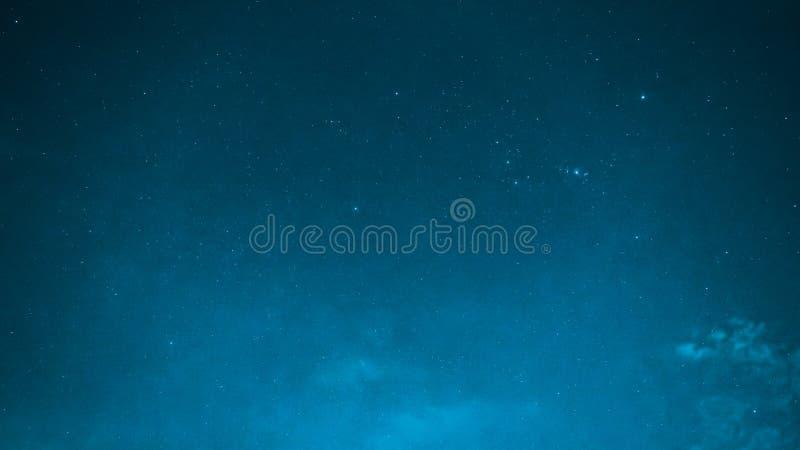 从夜空的蓝色背景与明亮的小星和特别看见的双子星座飞星从东北部12月14,2017 免版税库存照片