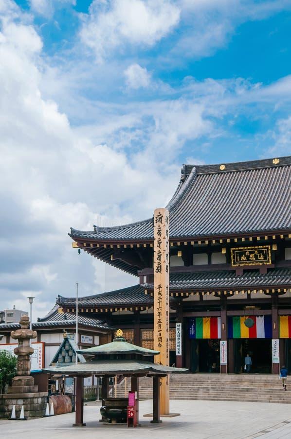从大广场的川崎大士寺庙主要大厅视图有游览的 免版税库存照片