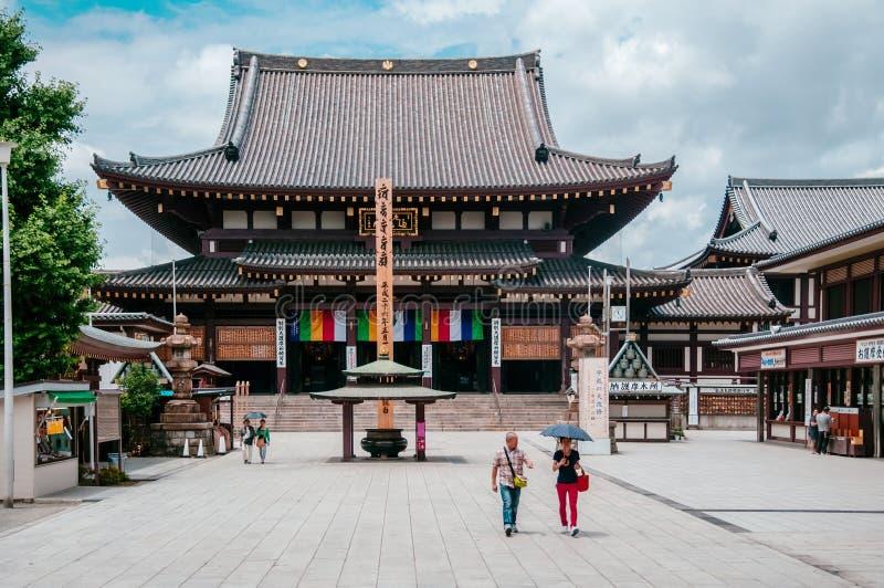 从大广场的川崎大士寺庙主要大厅视图有游览的 库存图片