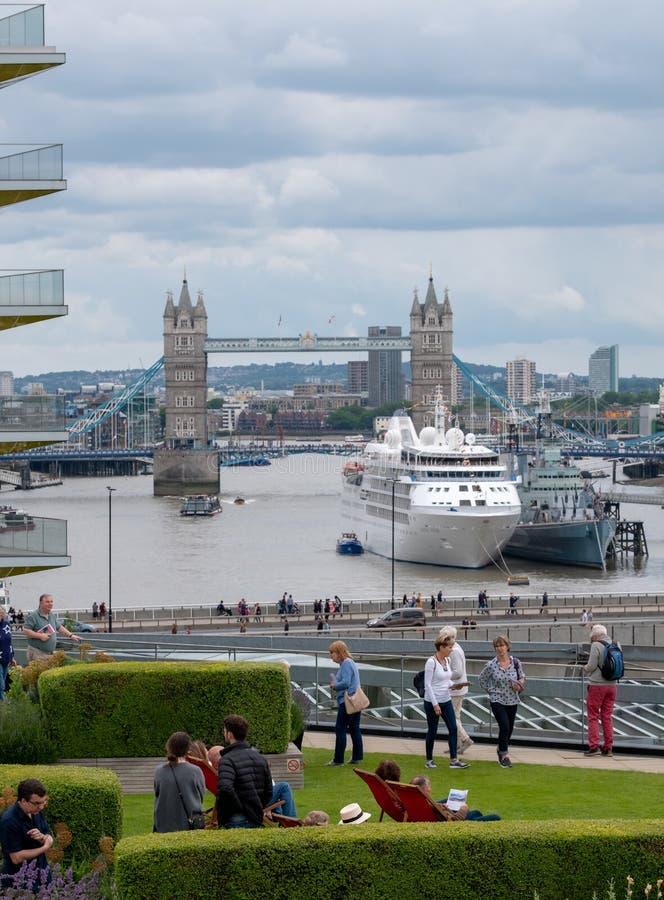 从大炮桥梁屋顶平台,在野村国际PLC和泰晤士得奖的屋顶平台的伦敦英国的看法, 库存图片