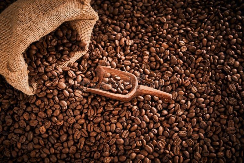 从大袋溢出的中等烤咖啡豆 免版税图库摄影