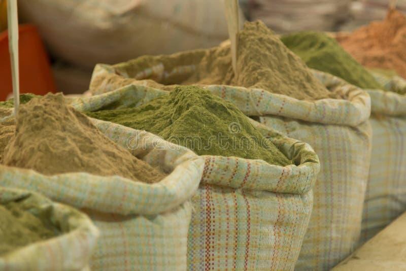 从大袋被卖的香料在一个市场在廷布,不丹的首都上 库存照片