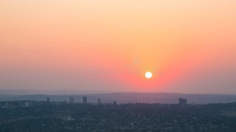 从大角度看的日落在约翰内斯堡南非山同市和Randburg地区  库存图片