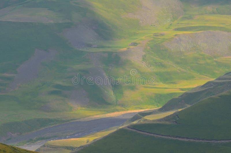 从大高加索山脉的山在Shahdag国家公园,阿塞拜疆排列 免版税库存图片
