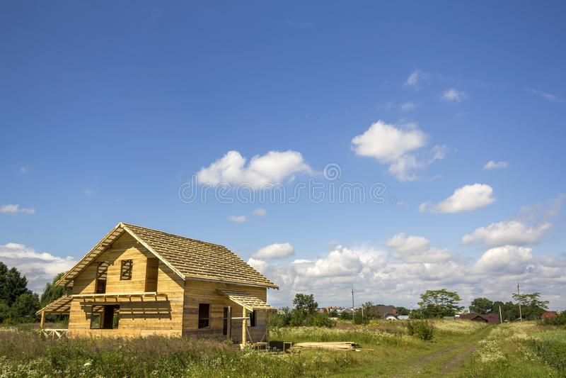 从天然材料的新的木生态没完成的村庄 库存照片