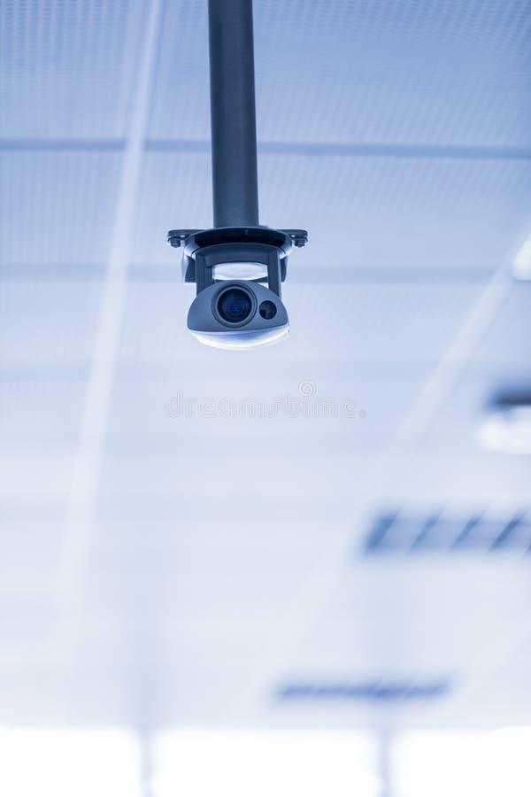从天花板暂停的监视器 免版税库存照片