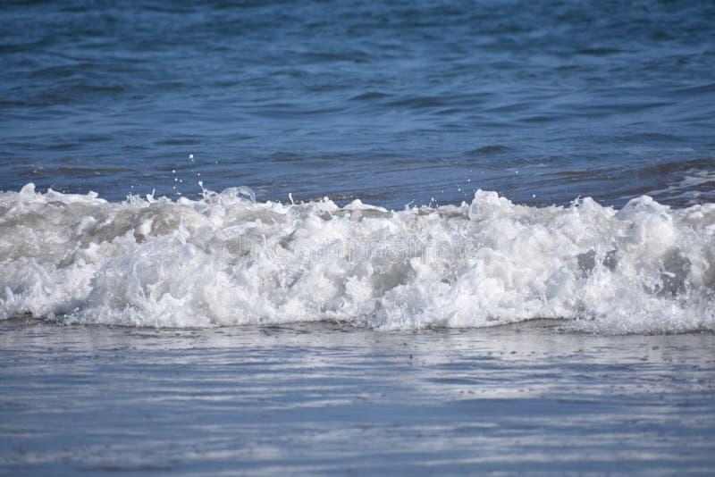 从太平洋的修造的波浪沿南加州海岸, 3 免版税库存照片