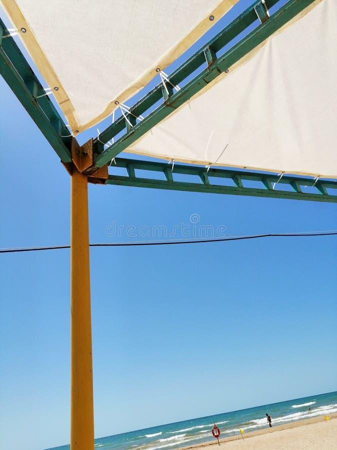从太阳的机盖在海滩 库存照片