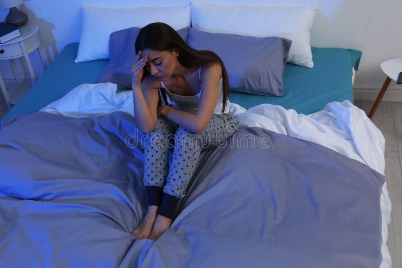 从失眠的年轻女人痛苦在家 哔哔 库存照片