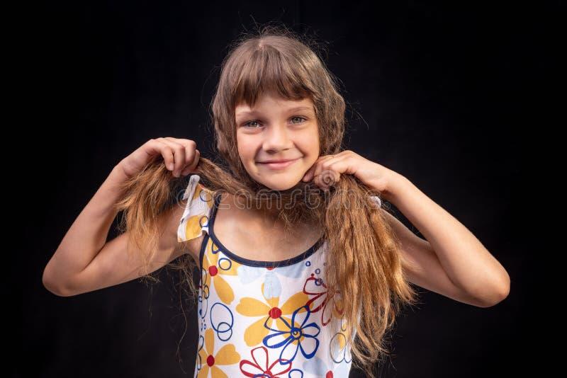 从头发做一个头巾在她的头女孩的画象 图库摄影