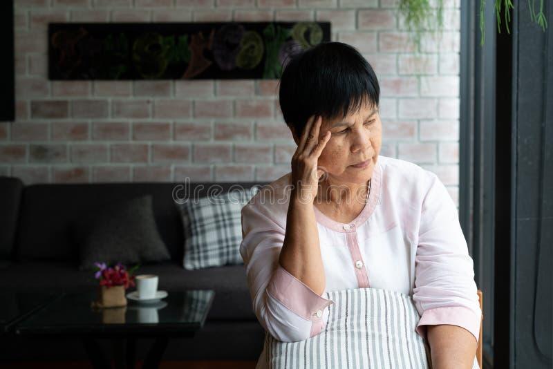 从头疼,重音,偏头痛,健康问题概念的老妇人痛苦 免版税库存照片
