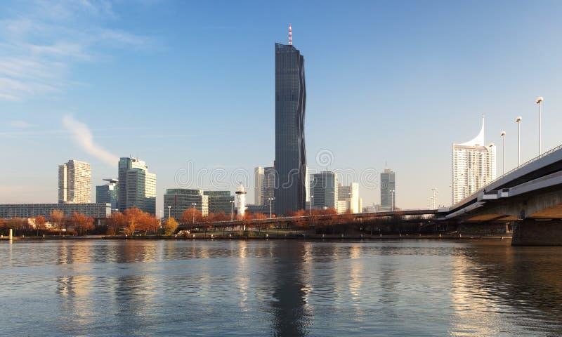 从奥地利维也纳的多瑙河看现代城市 库存图片