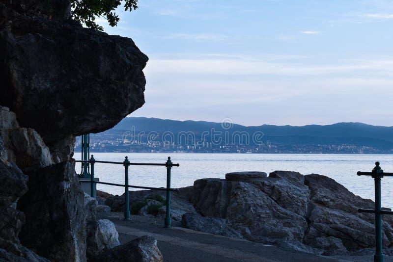 从奥帕蒂亚里维埃拉的暮色海景在克罗地亚 力耶卡看法  免版税库存照片