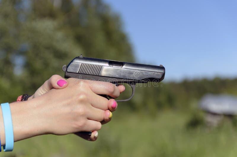 从妇女的手枪的射击 免版税库存照片