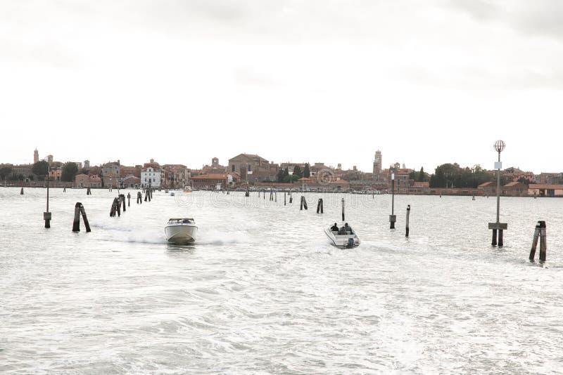 从威尼斯的路Burano的 有小船的海运路线风景在穆拉诺岛,威尼斯海  免版税库存照片