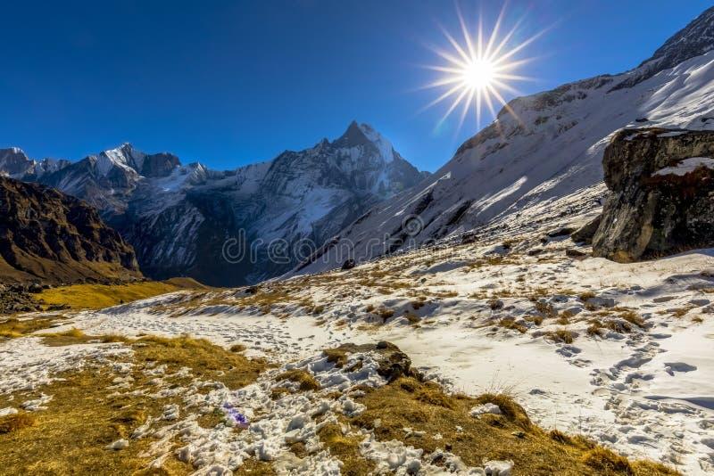 从安纳布尔纳峰营地尼泊尔的日出视图 免版税库存照片