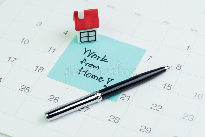 从家庭社交疏离开始,在COVID-19冠状病毒流行概念中工作,在便签上的微型房屋,写着'工作' 免版税库存照片