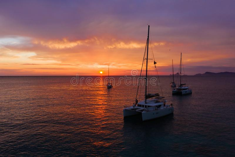 从寄生虫的鸟瞰图在运输在海的小船,日落 免版税图库摄影