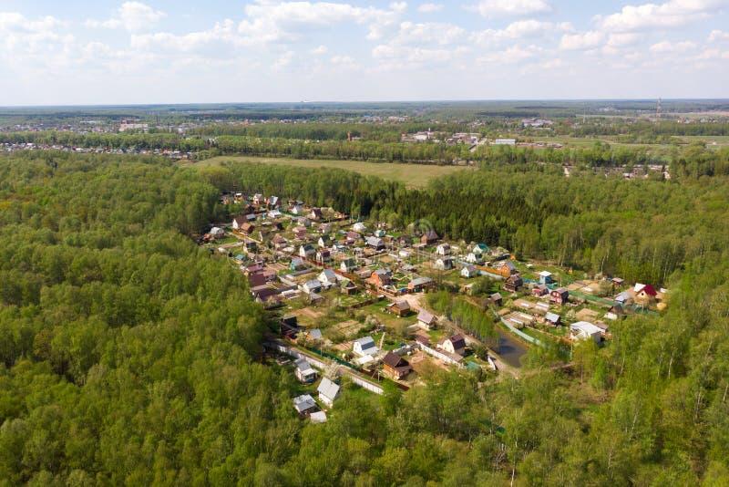 从寄生虫的鸟瞰图在避暑别墅在一个春日 典型的避暑别墅在俄罗斯 从寄生虫的春天全景 免版税库存照片
