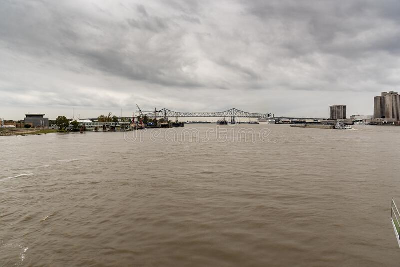 从密西西比河向西看的新月城 免版税库存照片