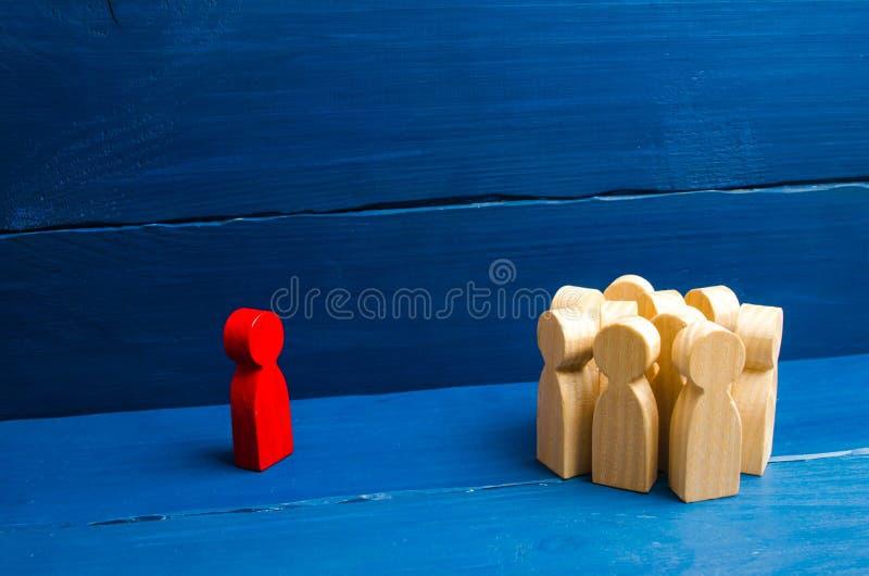 从对的讲台的领导讲讲话人演讲人群  领导和领导质量的企业概念 库存照片