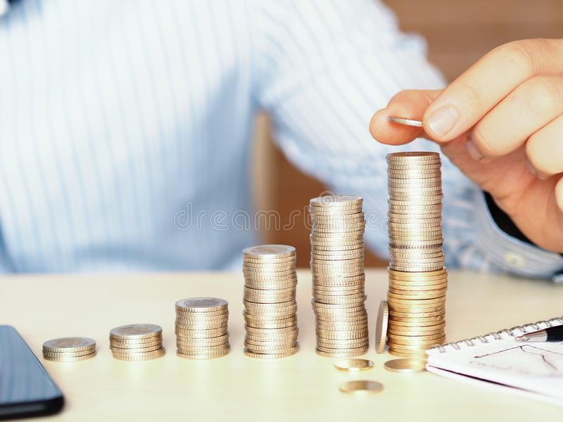 从小到大塔用硬币做了 说明增长的财政koncept照片 库存照片