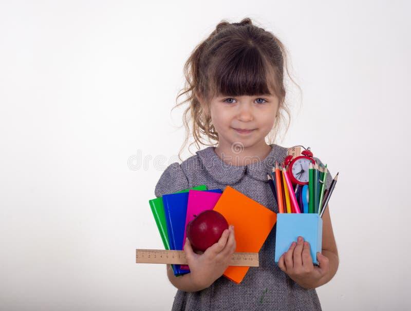 从小学的学生 学校用品在孩子手上 免版税库存照片