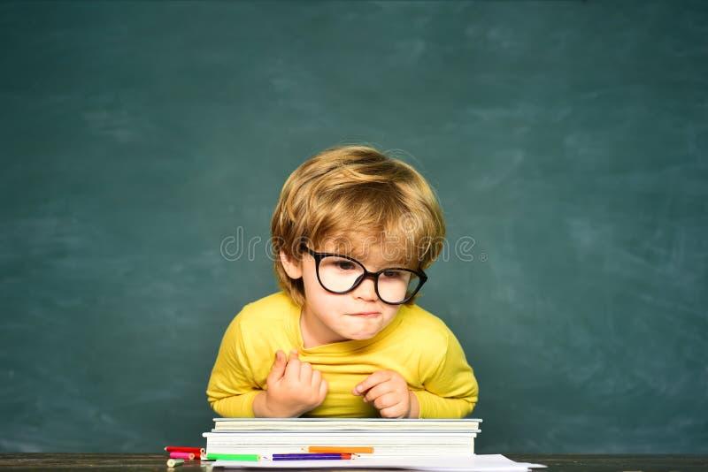 从小学的孩子 得到小学生的男孩胁迫在学校 学校持强欺弱者 教育过程 免版税库存照片