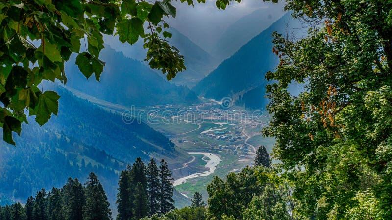 从小山上面的湖和村庄视图 库存图片
