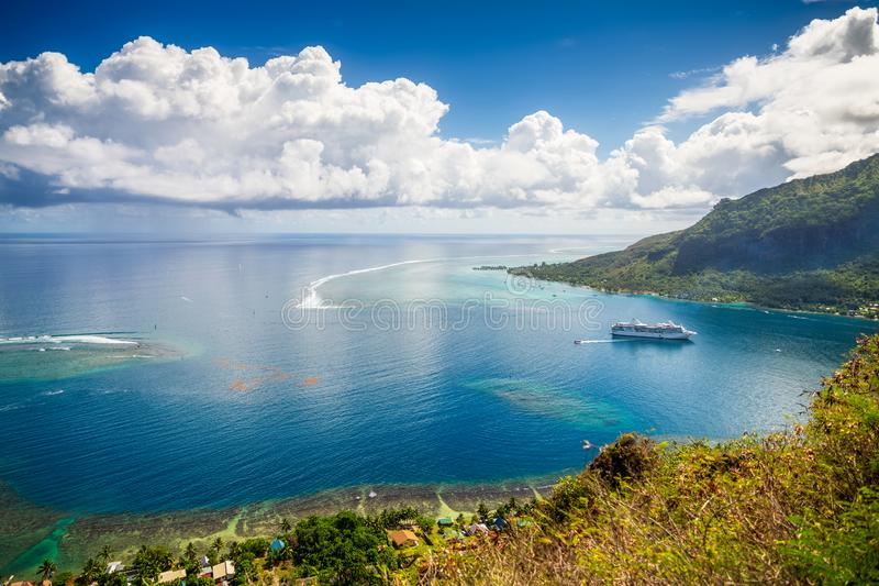从小山登上Rotui的顶端全景盐水湖视图 天堂海滩与小船、路和棕榈树的海岸线海景在 免版税库存图片