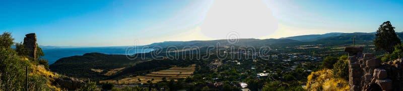 从小山的全景在一好日子 免版税图库摄影