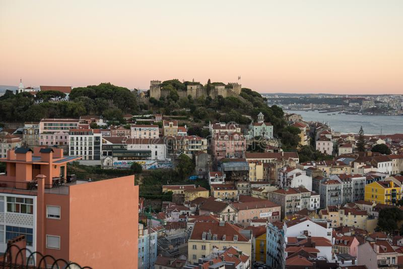 从小山的屋顶视图在里斯本 免版税库存照片