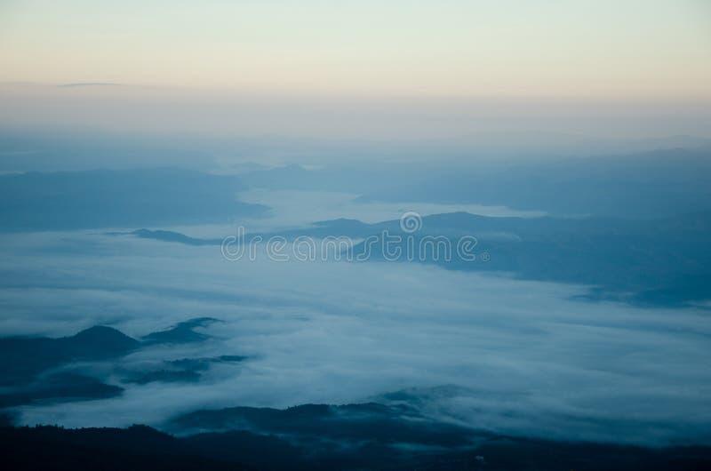 从小山的顶端看法薄雾 图库摄影