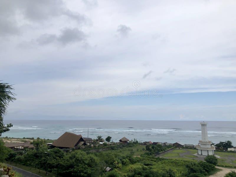 从小山的顶端看的海看法 免版税图库摄影