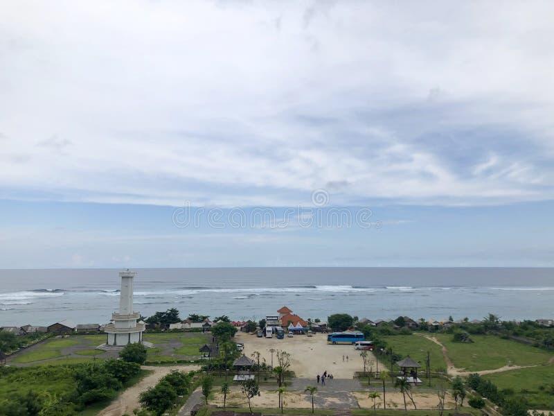 从小山的顶端看的海看法 免版税库存图片