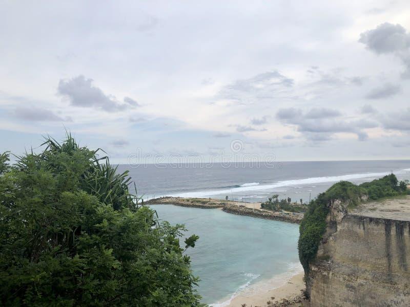 从小山的顶端看的海看法 免版税库存照片