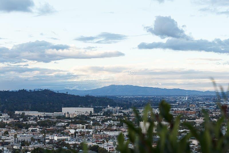 从小山顶俯视的谷的城市scape流动入圣费尔南多谷的,事务、家和街道 库存照片