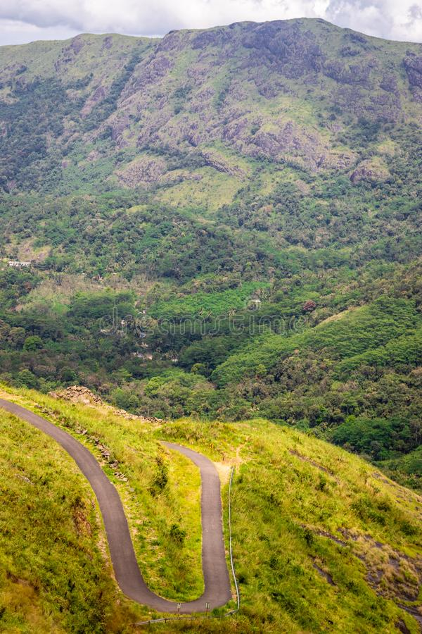 从小山顶的弯曲的小山路视图 库存图片