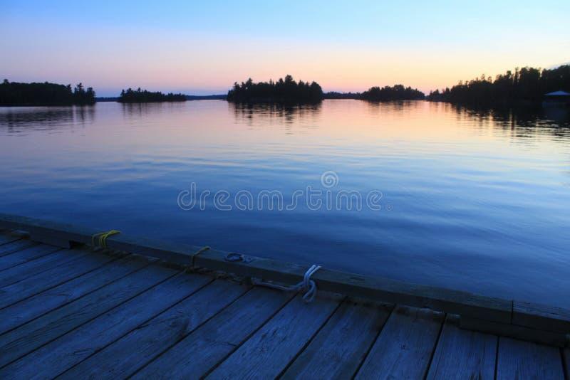 从小船船坞的日落,伍兹湖, Kenora,安大略 免版税库存图片