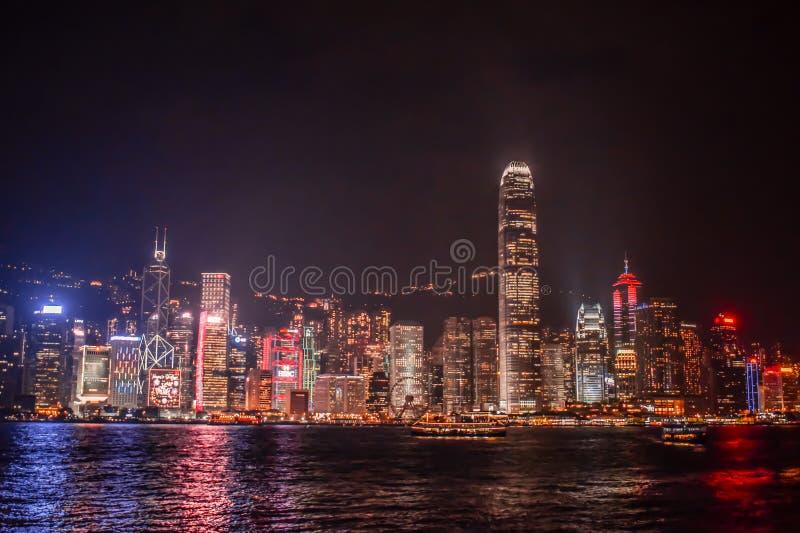 从尖东海旁的被启迪的香港地平线夜间 库存照片